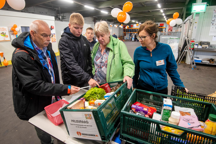 Bezoekers van de open dag van de voedselbank krijgen uitleg over het samenstellen van de voedselpakketten.