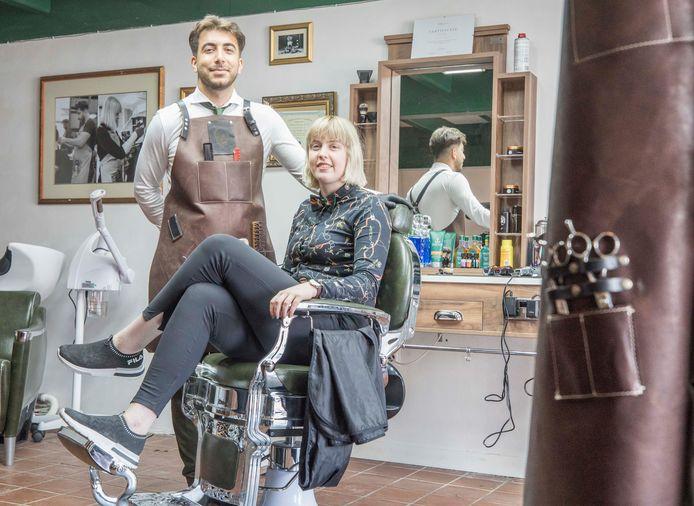 Barbiers Ben en Simone lieten de vintage kappersstoelen uit Engeland komen.