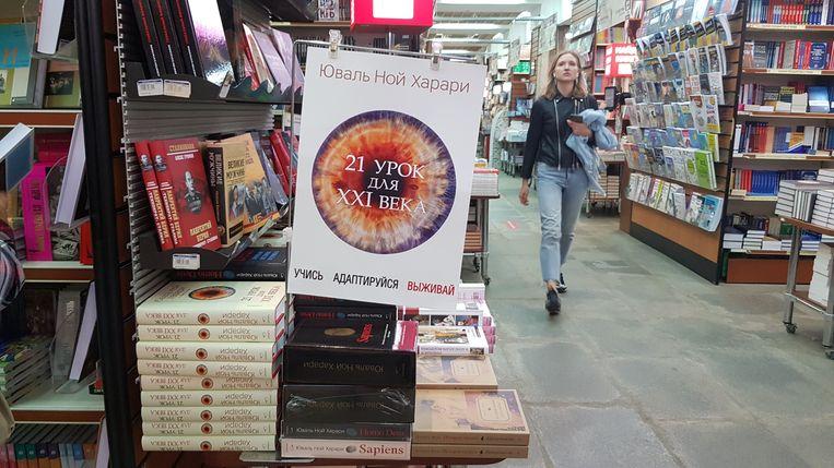 Boeken van Yuval Noah Harari uitgestald in de populaire Moskouse boekwinkel Biblio-Globus. Beeld Tom Vennink