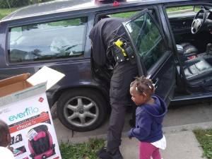 Ses enfants ne sont pas attachés: au lieu de lui mettre une amende, un policier lui achète deux sièges auto