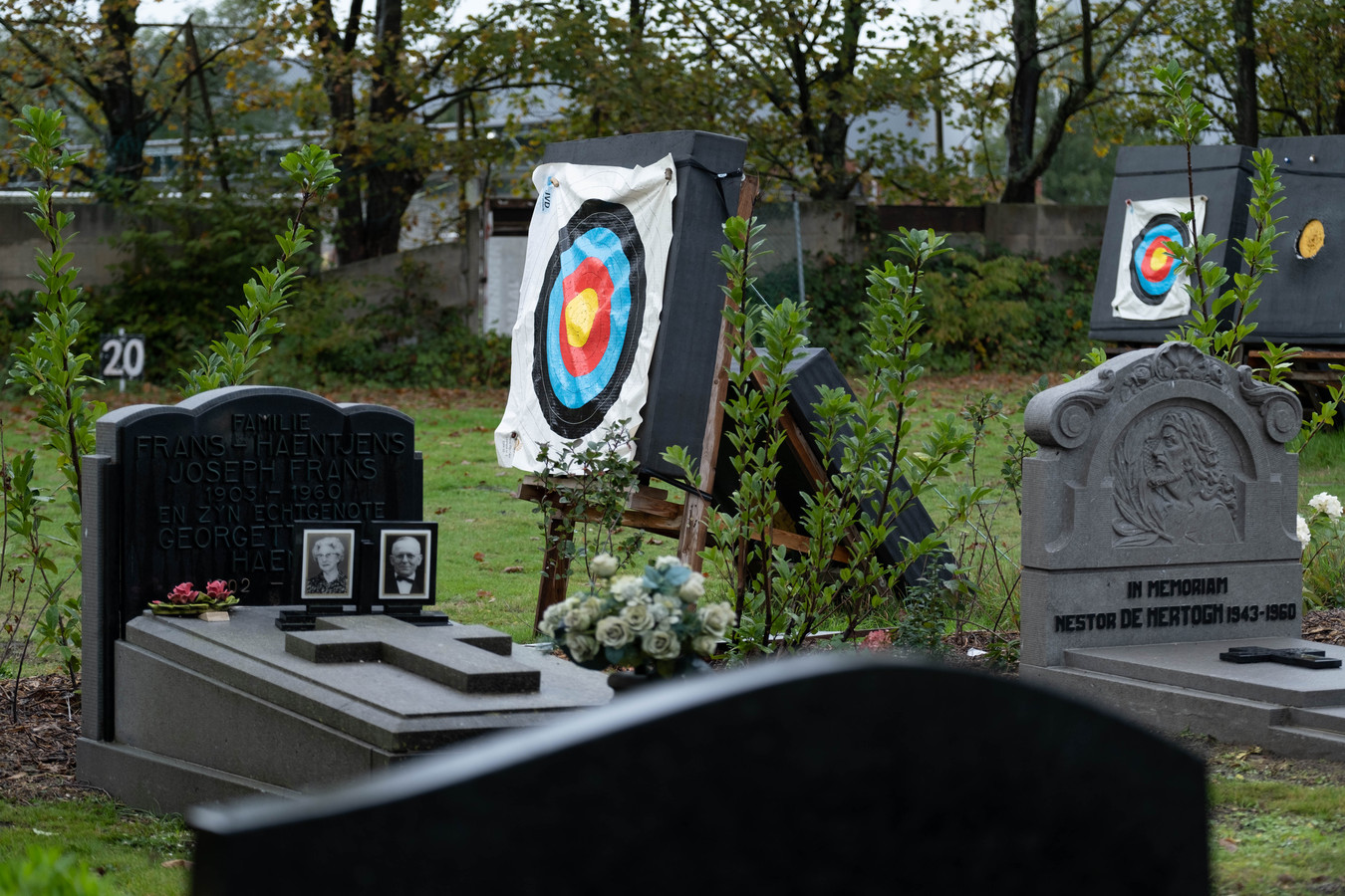 Het kerkhof van Rumst ligt naast een boogschietclub. Na het verwijderen van een haag staan de doelwitten nu wel erg dicht in de buurt van de graven.