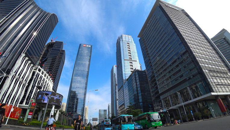 In de omgeving van Futan Station, dat Shenzhen met Hongkong verbindt, komen er voortdurend wolkenkrabbers bij.