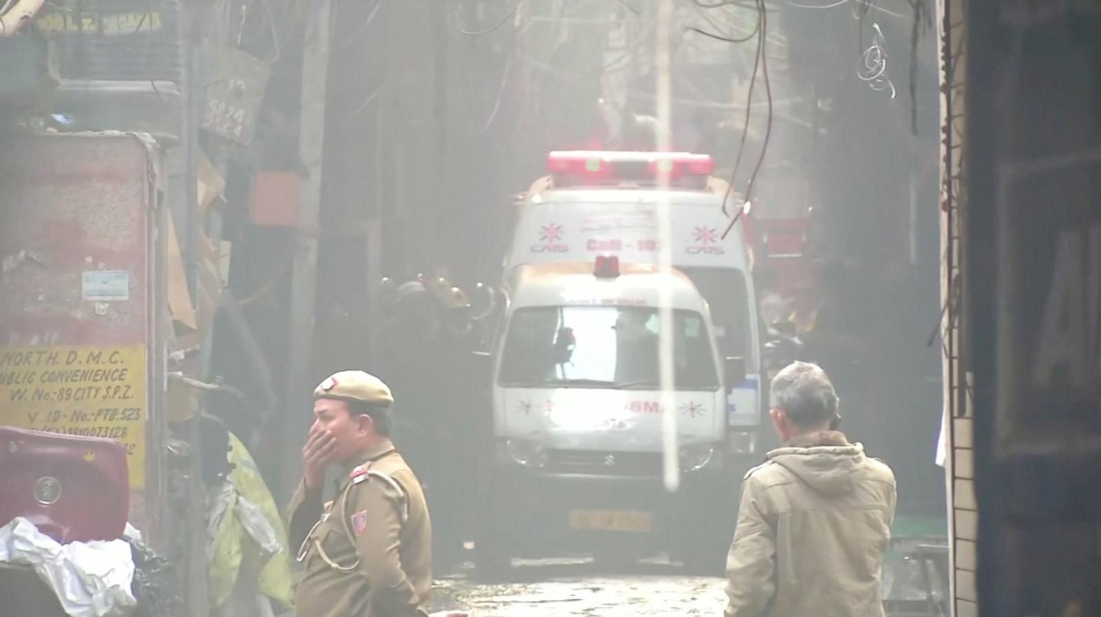 Reddingswerkers kijken ontzet naar de ravage.