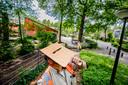 Bert - Jan van Zetten werkt met een zelfgemaakte 'oogbeschermer' bij het controleren van de bomen. Op deze manier heeft hij meer focus en is het rustiger kijken doordat het zonlicht zoveel mogelijk wegvalt.