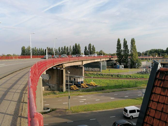 Vijf pilaren onder de Zwijndrechtse brug worden in augustus voorzien van streetart.