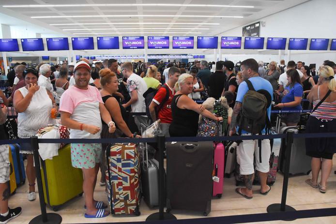 Lange rijen voor de check-in balies op het vliegveld van Cancun in Mexico