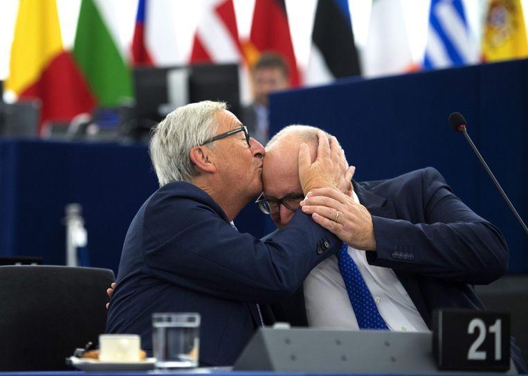 Juncker kust Timmermans op het hoofd voorafgaand aan de rede. Beeld AFP