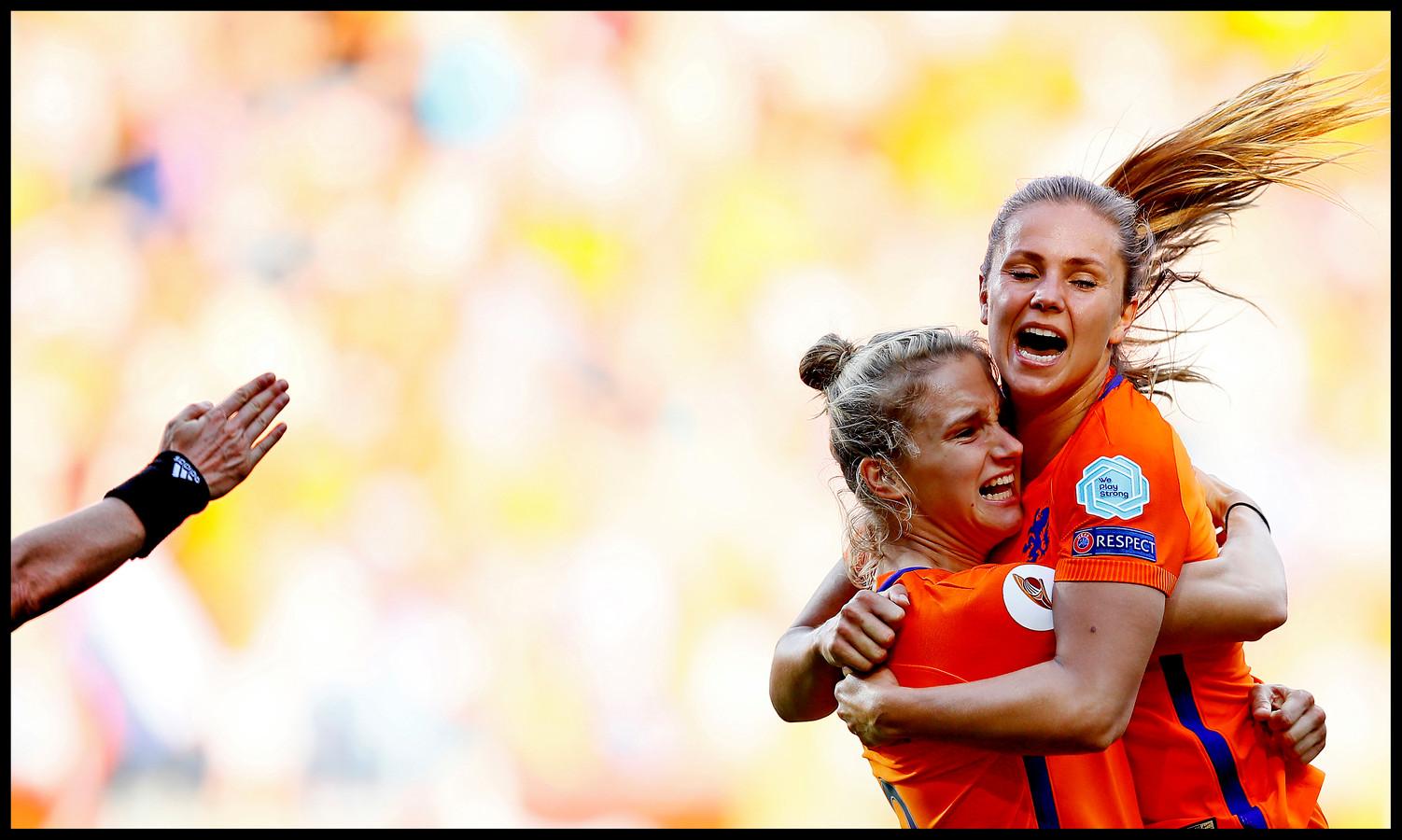 Lieke Martens springt in de armen van Miedema.