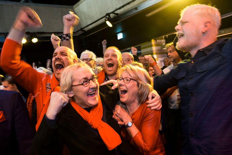 LEEUWARDEN - Lutz Jacobi van de PvdA juicht bij het bekendmaken van de uitslag van de herverdelingsverkiezingen van zeven Friese gemeenten. ANP VINCENT JANNINK Beeld anp