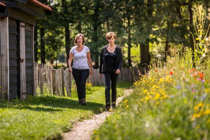 Marli Aarts (Rechts) en Jeannie Coopmans lopen de Kennedy Challenge in Lierop.