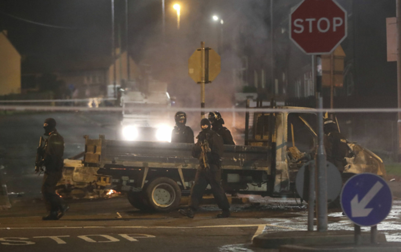Politie in de katholieke wijk Creggan in Londonderry in Noord-Ierland.