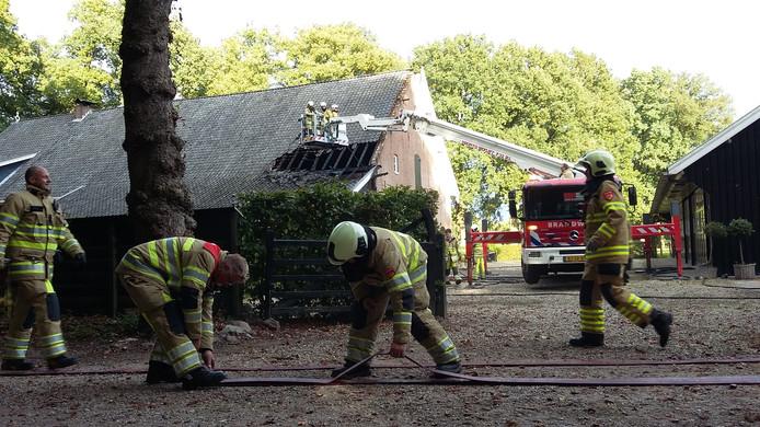 De woonboerderij raakte flink beschadigd bij de brand.