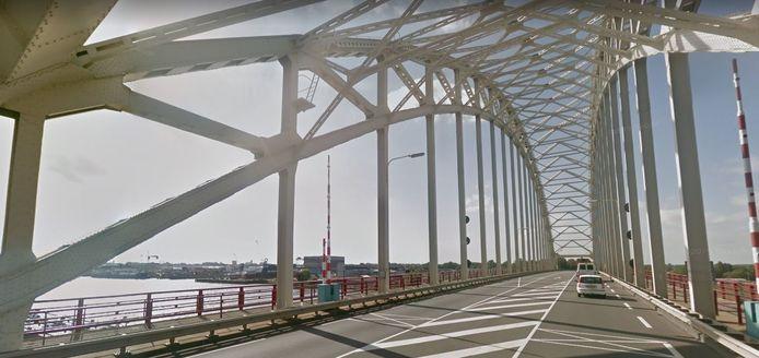 De brug over de Noord tussen Alblasserdam en Hendrik-Ido-Ambacht.