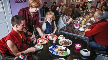 Monnik Giel bezoekt Dierenhulp tijdens verjaardagsfeest