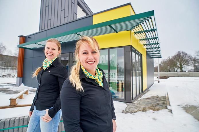 Franchise-ondernemers  Meriam (links) en Veronique Driessens voor het nieuwe Subway-filiaal op het Foodcourt in Uden. Begin februari gaat de zaak open.
