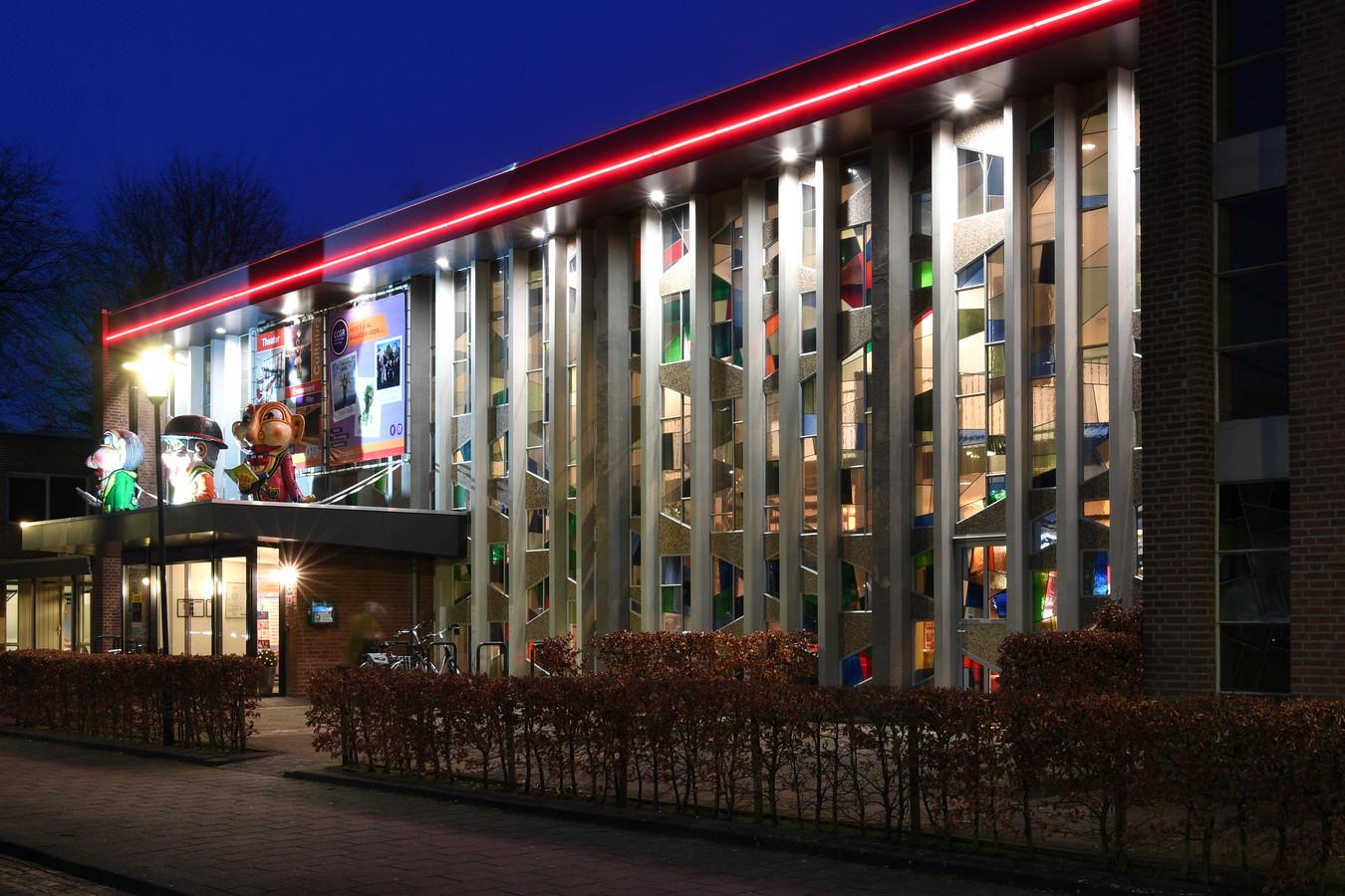 De voorkant van het huidige cultureel centrum De Boodschap in Rijen met zijn glas-in-loodramen.
