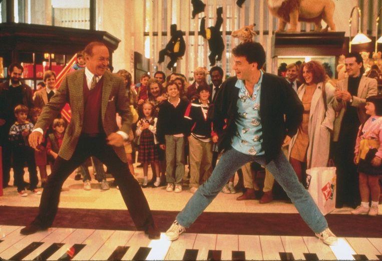 Robert Loggia (links) en Tom Hanks in Big van Penny Marshall. Beeld