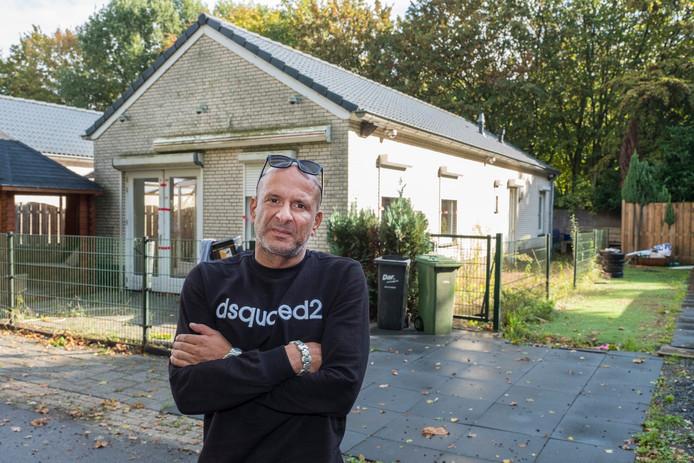 Daniel Basile bij zijn woning op het kampje aan de Eendenpoelseweg in Malden.