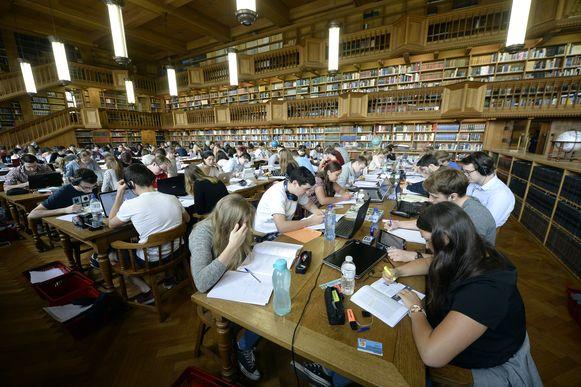 Studenten blokken in de universiteitsbibliotheek van de KU Leuven.