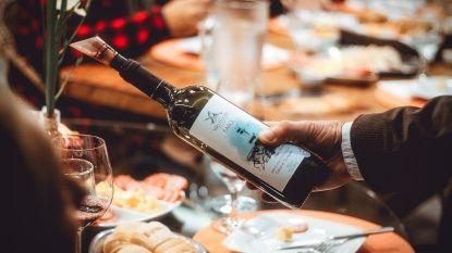 Feestetiquette: moet je de fles wijn die je gasten meebrengen meteen openmaken?