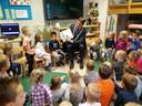 Burgemeester Michiel van Veen leest kleuters in Bakel voor.