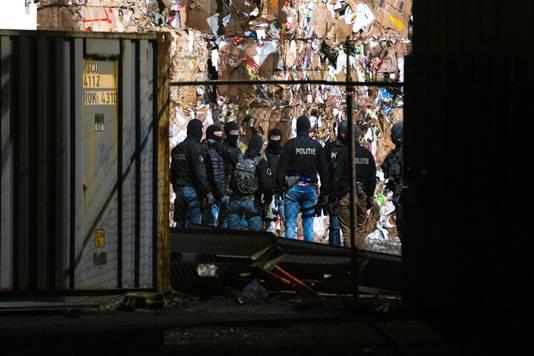 Arrestatieteam valt bedrijfspand binnen in Oosterhout. Foto Mathijs Bertens / MaricMedia