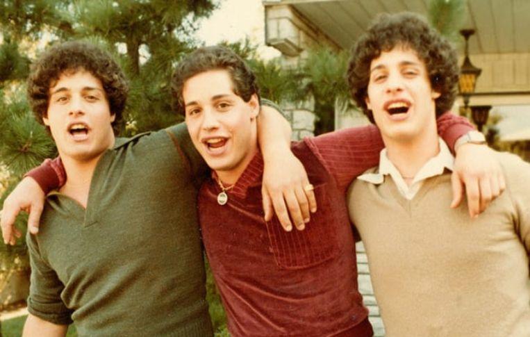 De drie broers zijn euforisch als ze elkaar gevonden hebben.