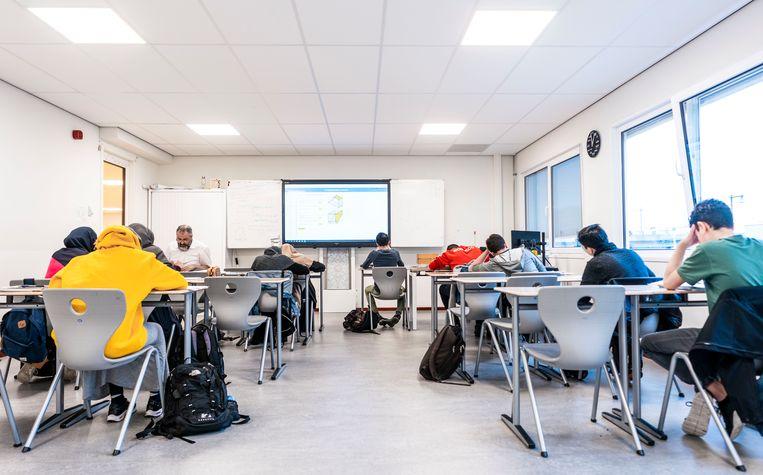 Leerlingen in de klas op het Cornelius Haga Lyceum in Amsterdam. Beeld Freek van den Bergh/ de Volkskrant