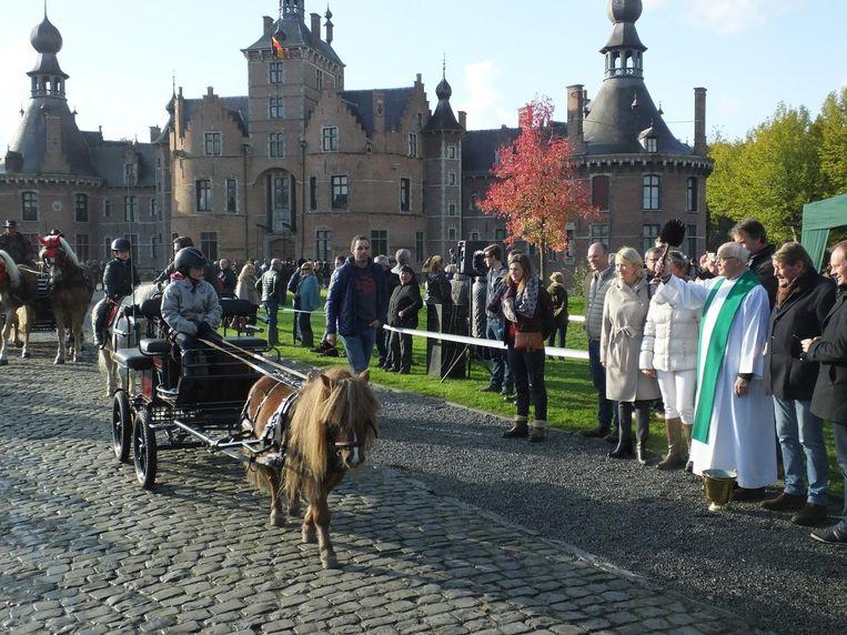 Pastoor Desmaele wijdt een pony met koets.