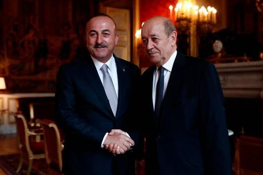 De Franse minister Jean Yves Le Drian (r) en de Turkse minister van buitenlandse zaken Mevlut Cavusoglu
