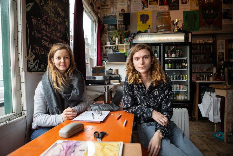 Hannah Shotton en haar werknemer Thom Kissock in de Smuggler's Record shop. Shotton stemde voor lid blijven van de EU, maar Kissock was nog te jong om te stemmen in 2016.  Beeld Antonio Olmos