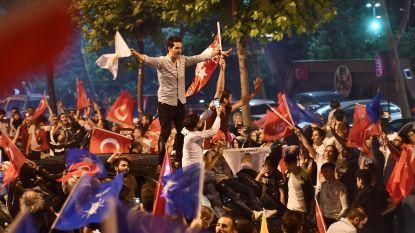 Aanhangers Erdogan vieren feest, oppositie wacht officiële verkiezingsuitslag af