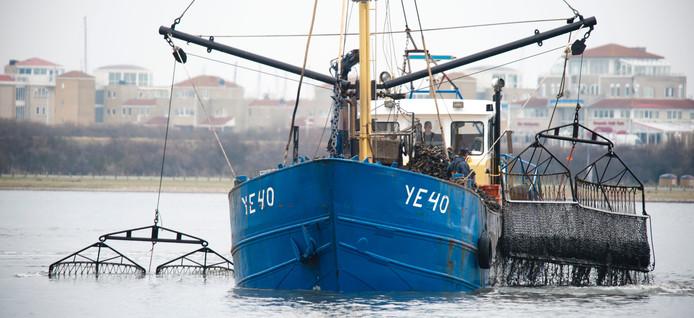 Een schip vist Japanse oesters op. foto Dirk-Jan Gjeltema