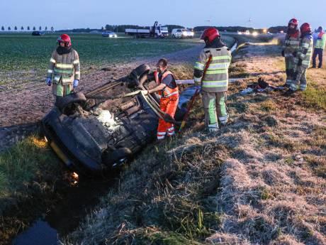 Auto slaat over de kop en belandt in sloot langs A6 bij Nagele: twee gewonden