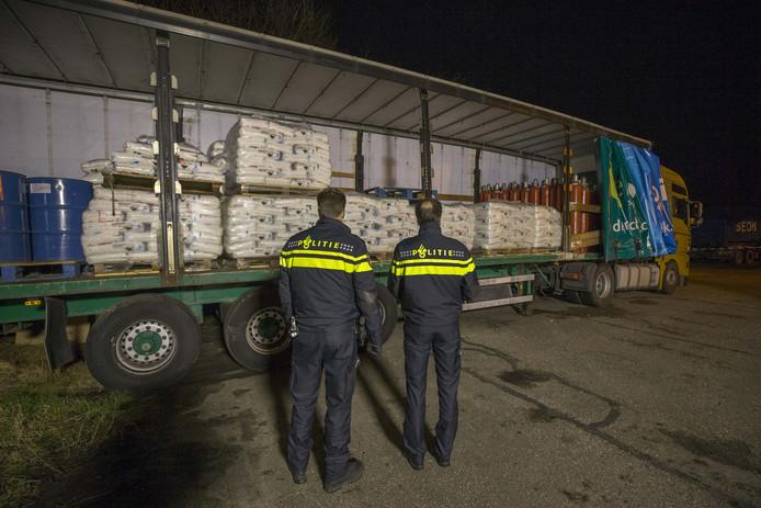 Politie-agenten bij de trailer die volstaat met grondstoffen voor een xtc-lab.