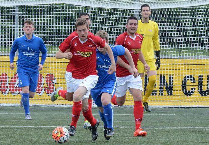JVC'er Bjenze Graat maakt tempo in het oefenduel met FC Waldkirch.