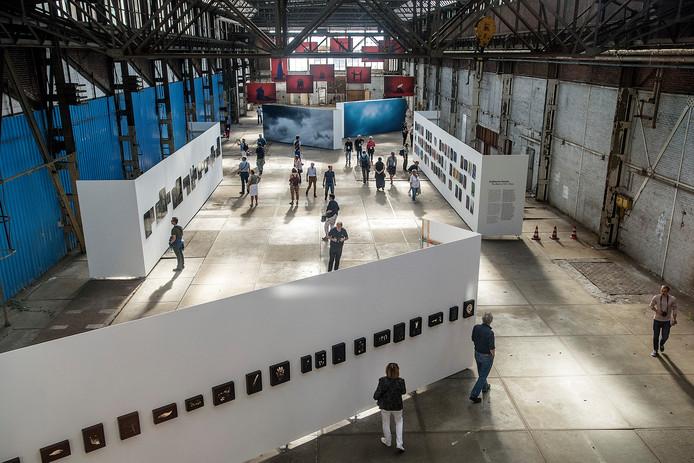 BredaPhoto moet elke editie opnieuw op zoek naar gebouwen in Breda die tijdelijk leeg staan en zo ruimte bieden aan exposities. Zoals in 2018 in de oude fabriekshallen van de voormalige machinefabriek Backer en Rueb