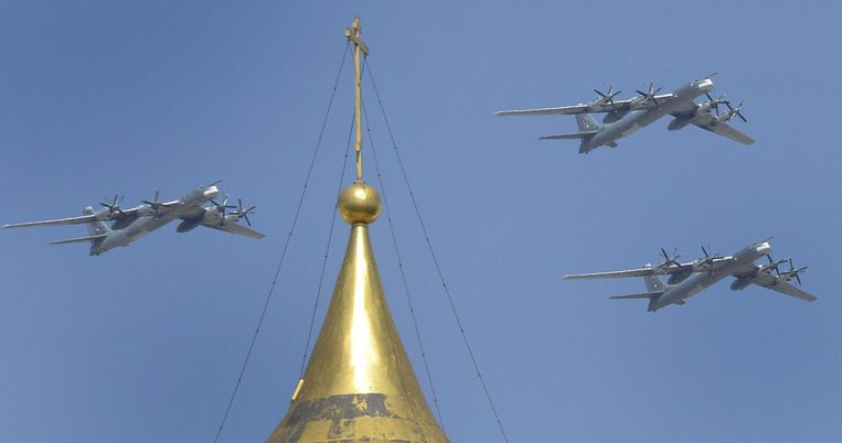 Tupolev 95-bommenwerpers oefenen voor de jaarlijkse militaire parade in Moskou. Ook in Europa worden de strategische bommenwerpers regelmatig onderschept en gevolgd boven de Noordzee. Beeld AFP
