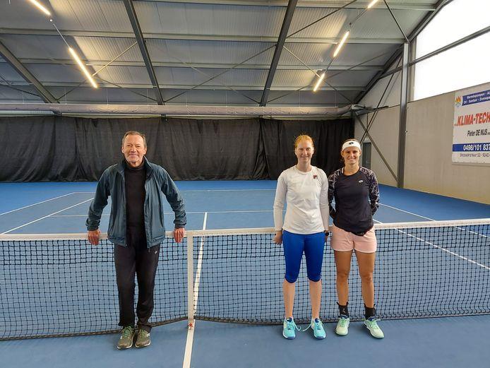 Toptennissters Alison Van Uytvanck en Greet Minnen trainen in Denderleeuw, in de tennishal van TC Denderleeuw.