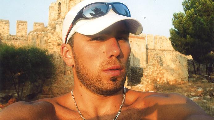 Cumali Ata. De man is veroordeeld voor de moord op zijn nicht. De politie ontdekte bij huiszoekingen recent beeld van de man. Hij leeft vermoedelijk onder een valse naam in Turkije.