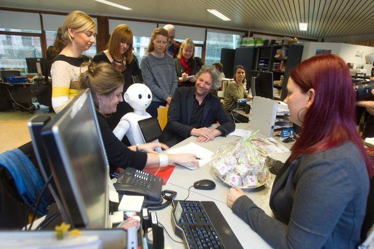 Robotbaby 'Fran Pepper' met 'papa' Francis Vos en 'mama' Astrid Hannes bij de inschrijving in het geboorteregister.