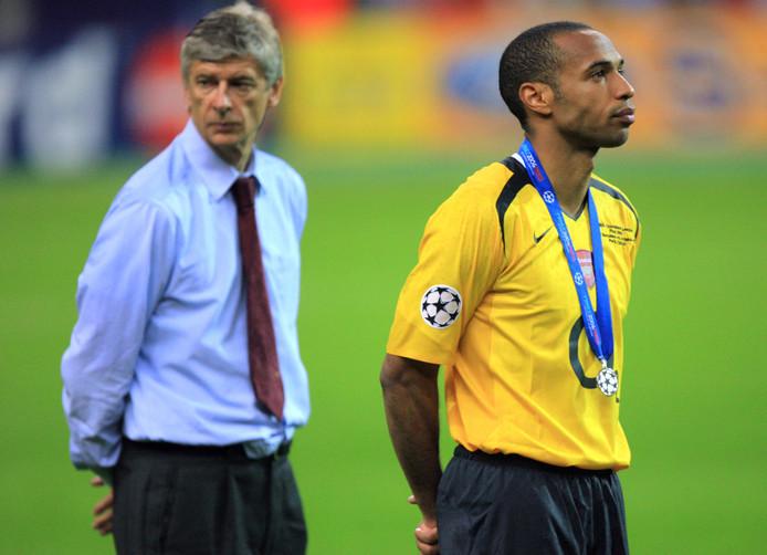 Arsène Wenger en Thierry Henry treuren na de verloren Champions League-finale in 2006.