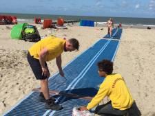 Speciale matten maken Domburgs strand toegankelijker voor rolstoelers