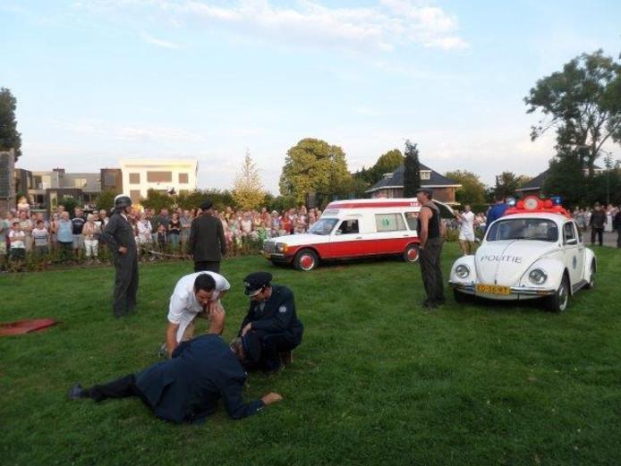 Politie, brandweer en een ambulance werden bij de opening van de feestweek betrokken.