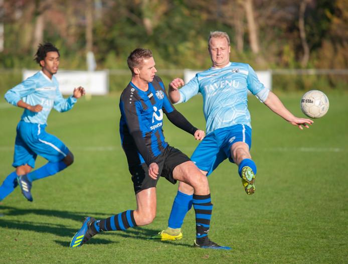 FC De Westhoek (lichtblauw shirt) speelde zaterdag gelijk tegen SKNWK en verloor daarmee de tweede plaats aan Vrederust.