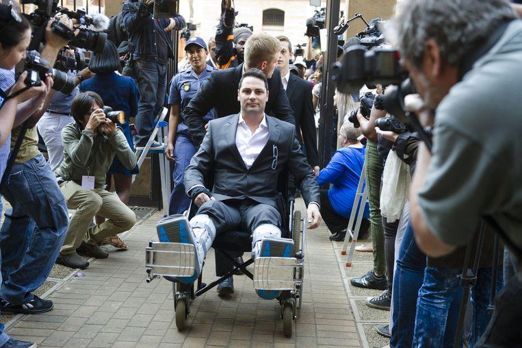 Carl Pistorius, de broer van Oscar, wordt binnengereden. Hij raakte vorige maand betrokken bij een auto-ongeluk.