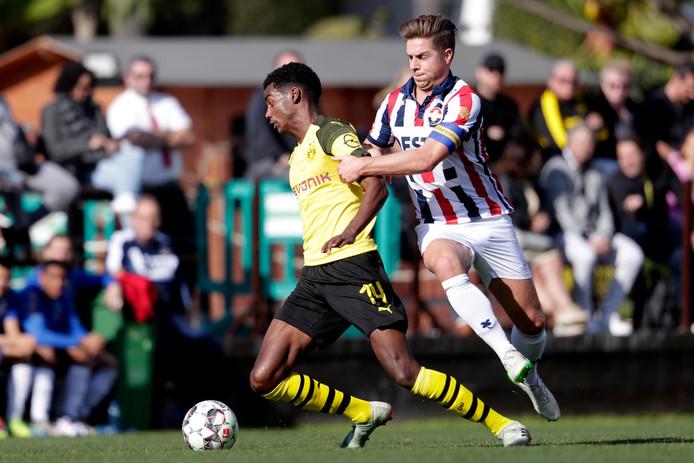 (L-R) Alexander Isak of Borussia Dortmund, Jordens Peters of Willem II