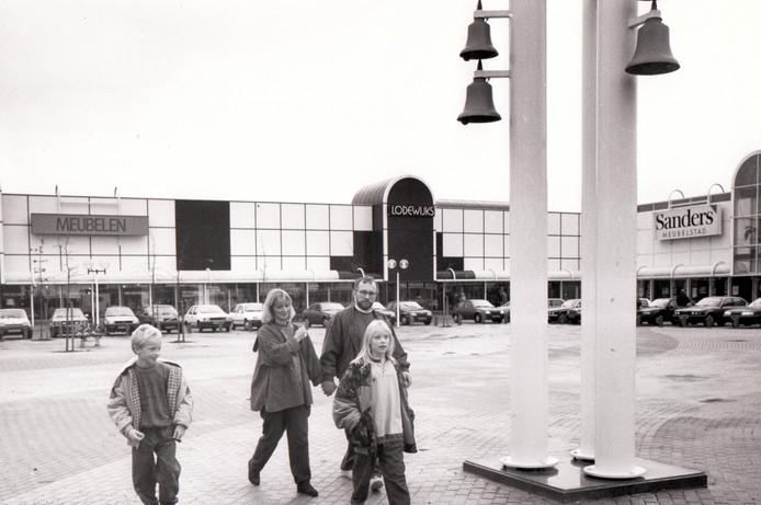 Winkelen op meubelplein Ekkersrijt, 1989.