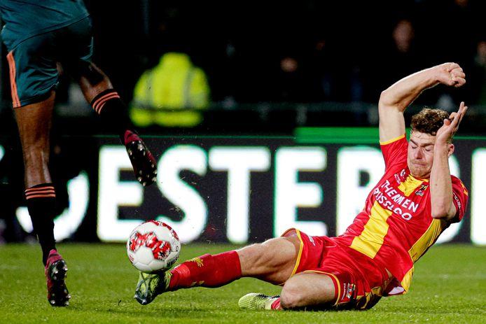 Julius Bliek namens Go Ahead Eagles in actie tegen Jong Ajax.