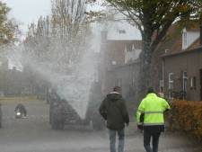 Gierton vol water aapt forse regenbui na in proefstraat Den Dungen